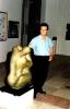 In posa con una sua opera durante una mostra